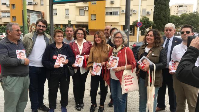 La secretaria general del PSOE de Sevilla, Verónica Pérez, y las candidatas al Congreso Eva Patricia Bueno y Ángeles Sepúlveda participan en un reparto electoral en Cerro Amate