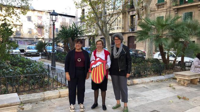 Las militantes de MÉS per Mallorca, Bel Busquets y Agustina Vilaret, junto a la candidata de MÉS-Esquerra al Senado por Mallorca, Lila Thomàs (centro).