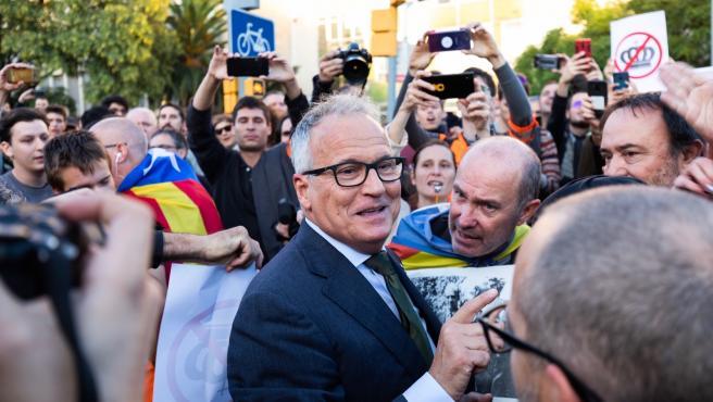 Manifestantes impiden a Josep Bou (PP) acceder al acto con el Rey en Barcelona.