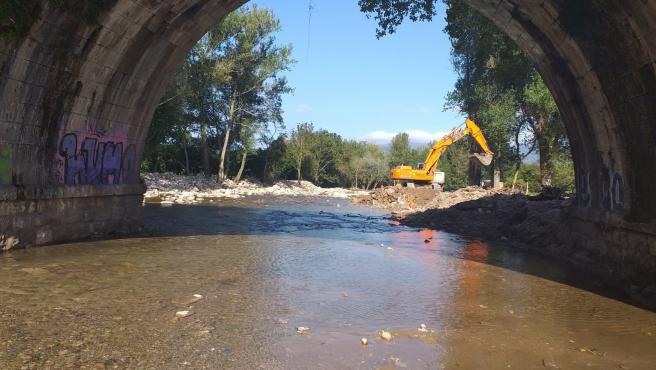 Máquinas trabajando en las escolleras del río Bisueña en las inmediaciones de Bárcena de Pie de Concha