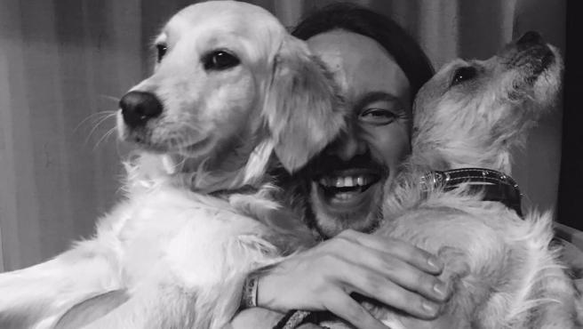 Pablo Iglesias, con sus perros.