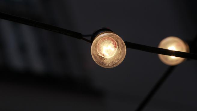 Dos bombillas encendidas