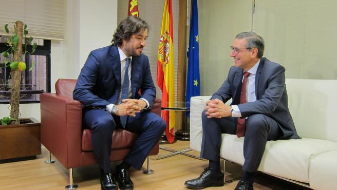 Primera reunión oficial consejero de Empleo y Universidades, Miguel Motas y el rector de la UMU, José Luján