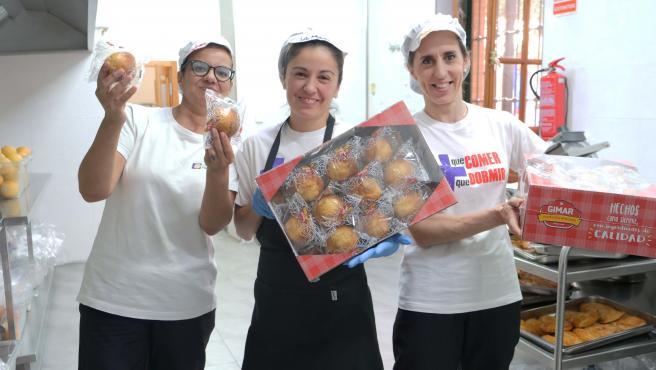 Profesionales del Comedor Social de Jesús Abandonado, con cajas del producto donado por Gimar