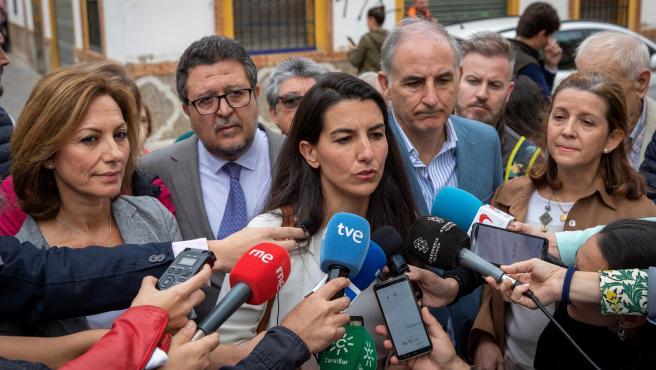 Rocío Monasterio, junto a destacados miembros de Vox Andalucía durante el acto.