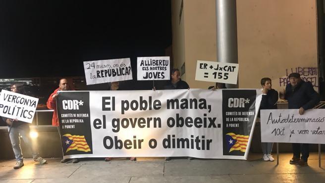 Una decena de CDR protestan a las puertas de un mitin de JxCat en Lleida
