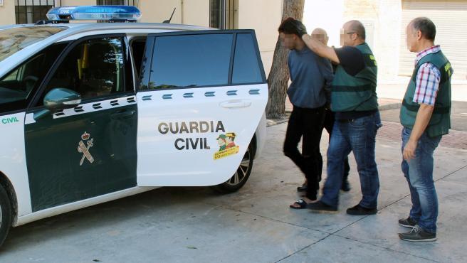 Uno de los detenidos por el asalto, custodiado por la Guardia Civil