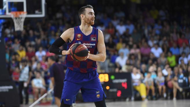 Víctor Claver jugando con el Barcelona