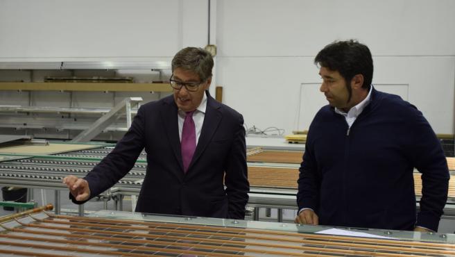 El consejero de Industria de Aragón, Arturo Aliaga, visitalas instalaciones de la empresa Abora Solar.