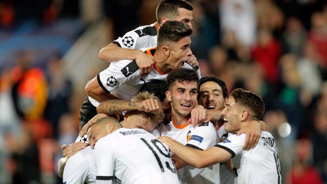 Los jugadores del Valencia celebran un gol al Lille.