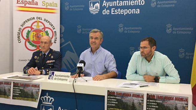 García Urbano, alcalde de Estepona, presenta el I Campeonato Militar Nacional de Carreras en Montaña