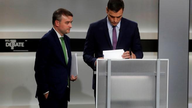 Pedro Sánchez, antes de empezar el debate junto a Iván Redondo.
