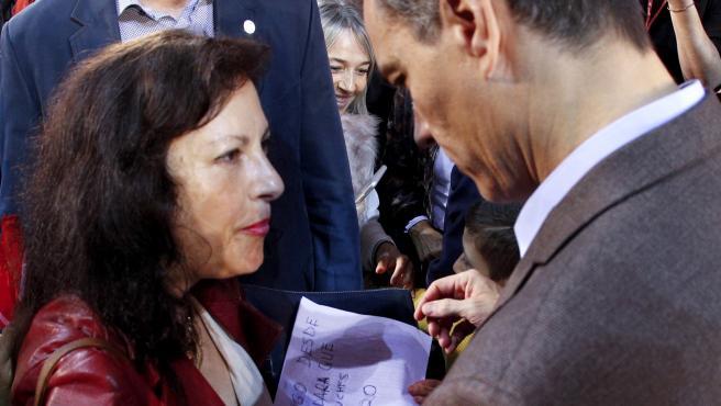 Pedro Sánchez habla con una votante en un mitin en Navarra.