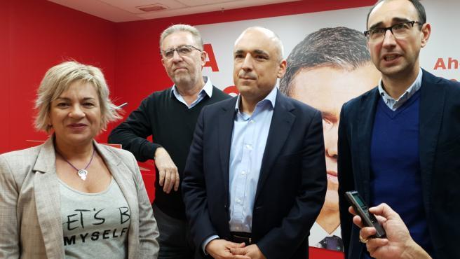Rafael Simancas (centro) junto a candidatos salmantinos del PSOE.
