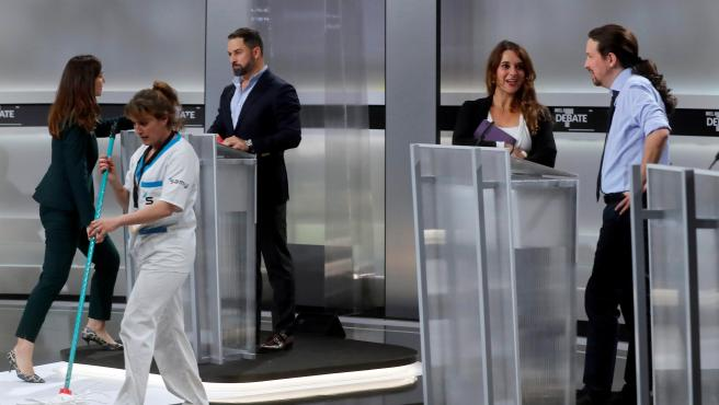 El candidato de VOX, Santiago Abascal (c), y de Unidas Podemos, Pablo Iglesias (d), momentos antes del inicio del único debate electoral.