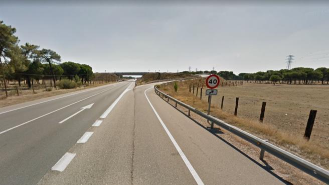 Un tramo de línea continua en la carretera N-601 sentido Aldeamayor.