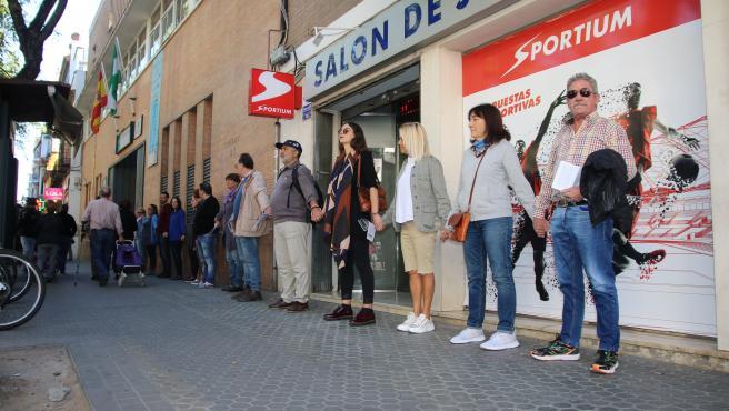 Acción de Unidas Podemos junto a la casa de apuestas Sportium