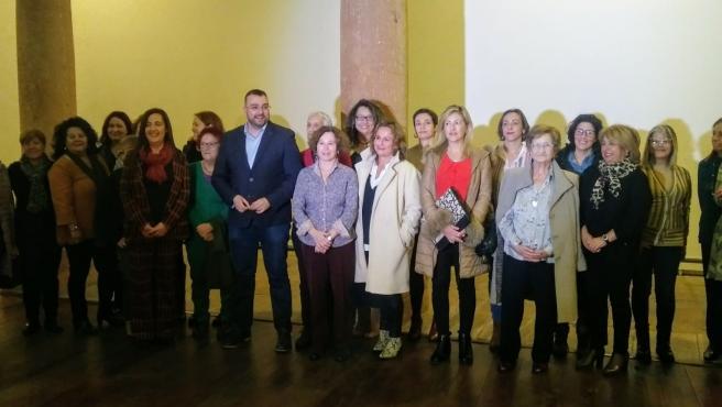 Adrián Barbón junto a las integrantes del Consejo de la Mujer.