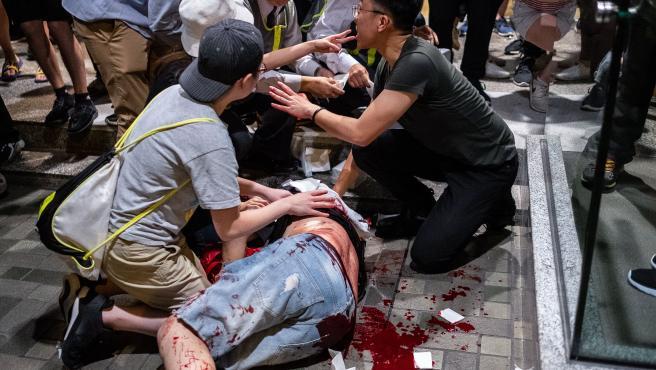 Una víctima de un ataque con cuchillo yace en el suelo fuera del centro comercial Cityplaza en Hong Kong.
