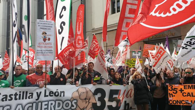 Concentración de empleados públicos a las puertas de la Delegación Territorial de la Junta en Valladolid para reclamar la jornada de 35 horas.