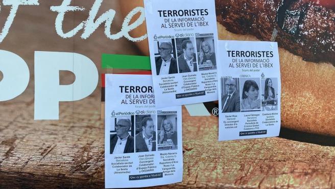 Carteles que han aparecido en Barcelona señalando a varios periodistas catalanes.