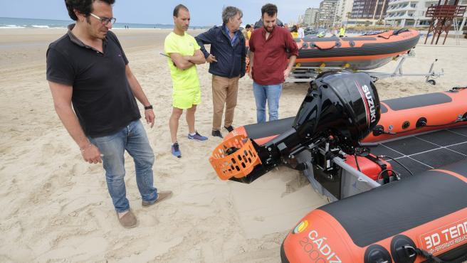 El alcalde de Cádiz presentando nuevas embarcaciones para socorrismo en playas