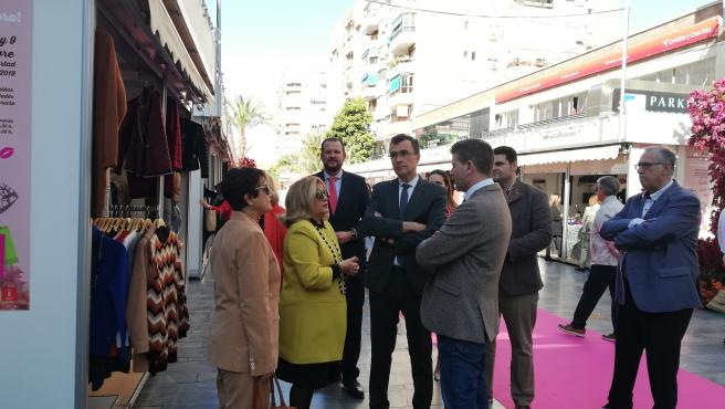 El alcalde de Murcia, José Ballesta, en la apertura de la Feria de los Descuentos con el concejal de Comercio, Juan Fernando Hernández