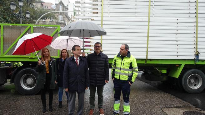 El alcalde de Vigo, Abel Caballero, supervisa el inicio del montaje de la noria navideña.