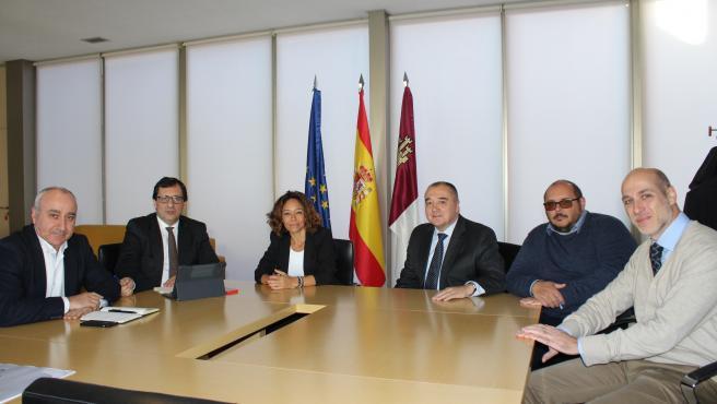 El delegado de la Junta, Javier Úbeda, con los nuevos responsables del centro