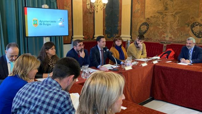 El director general de la Oficina de la Alta Comisionada del Gobierno de España para la Agenda 2030, Federico Buyolo, y Daniel de la Rosa, alcalde de Burgos.