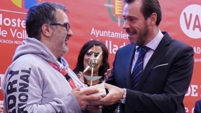 El ganador del III Campeonato Mundial de Tapas, Pascal Etcheverria, recoge el premio de manos del alcalde de Valladolid, Óscar Puente.