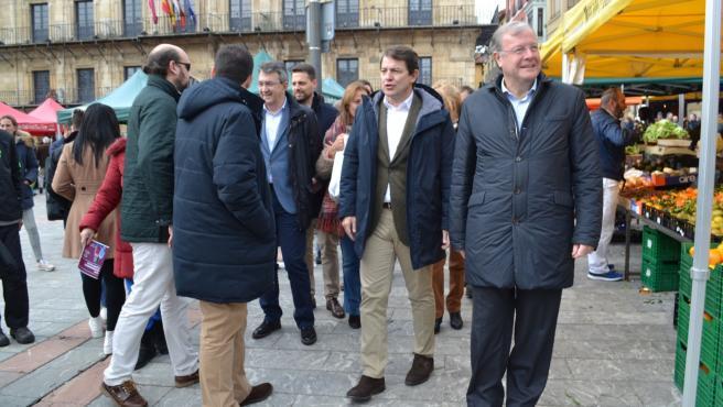 El presidente del PP en Castilla y León, Alfonso Fernández Mañueco, junto al candidato al Senado, Antonio Silván, y al fondo el presidente del PP en León, Juan Martínez Majo.