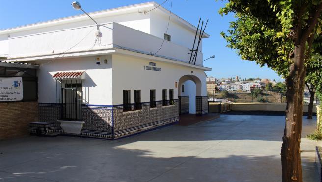 Exteriores del edificio sur del CEIP San Pedro Crisólogo en San Juan de Aznalfarache (Sevilla)