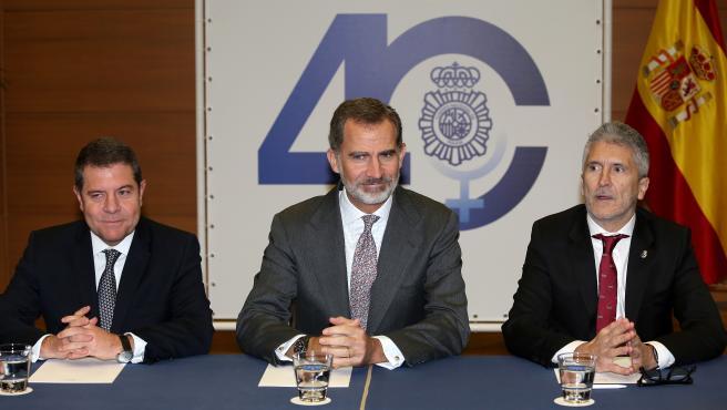 (I-D) El presidente de Castilla-La Mancha, Emiliano García-Page Sánchez; el Rey Felipe VI y el ministro de Interior en funciones, Fernando Grande-Marlaska durante la inauguración del Congreso Internacional sobre la Igualdad de Género en Toledo.