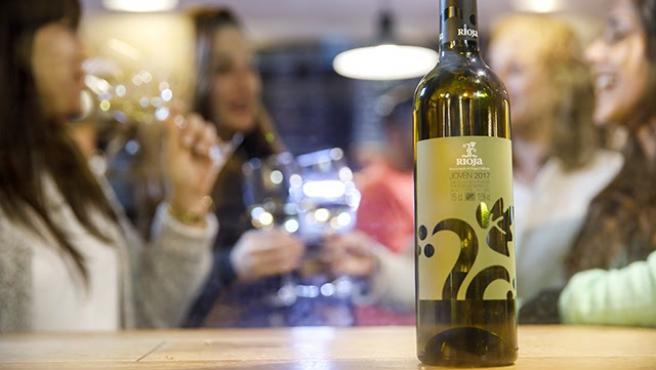 Jóvenes bebiendo vino de Rioja
