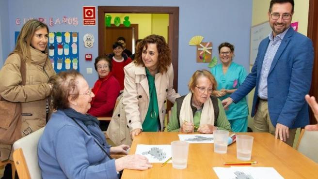 La consejera de Empleo y Políticas Sociales, Ana Belén Álvarez, y el alcalde de Colindres, Javier Incera, visitan el centro de día del municipio
