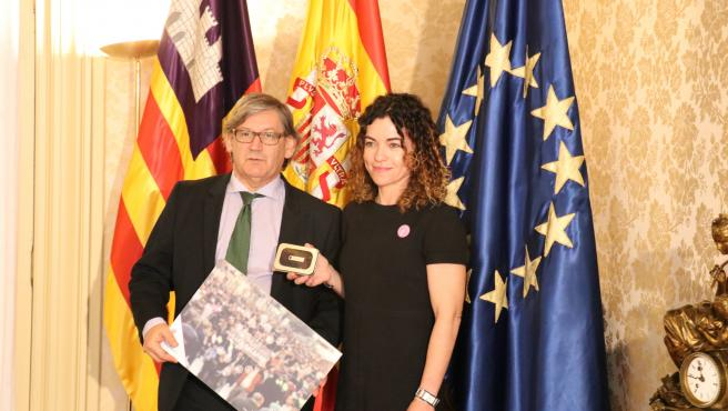 La consellera Rosario Sánchez entrega el proyecto de Presupuestos al presidente del Parlament, Vicenç Thomàs.