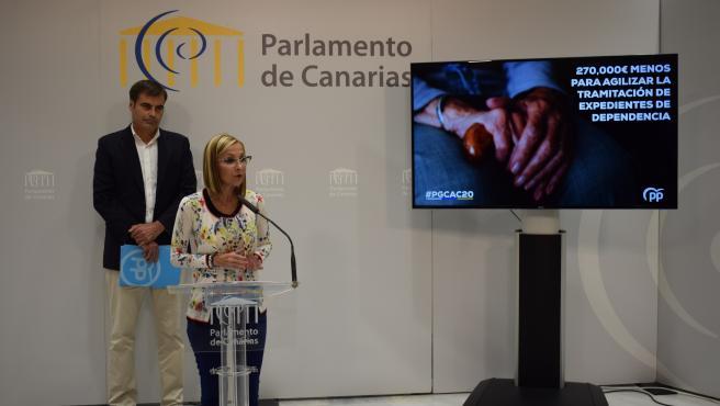 La presidenta del PP de Canarias, Australia Navarro, junto al diputado Fernando Enseñat
