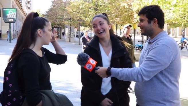 Una chica se sorprende al enterarse de a quién va a votar su amiga en las elecciones.