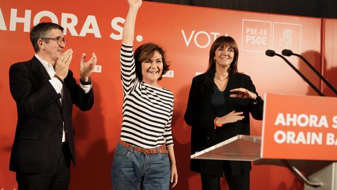 La vicepresidenta del Gobierno en funciones, Carmen Calvo (2i), saluda a los asistentes, en un acto político en Bilbao (España), a miércoles 6 de noviembre de 2019.