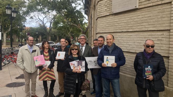 Los candidatos de Más País-Cha-Equo posan con cuentos infantiles en Zaragoza