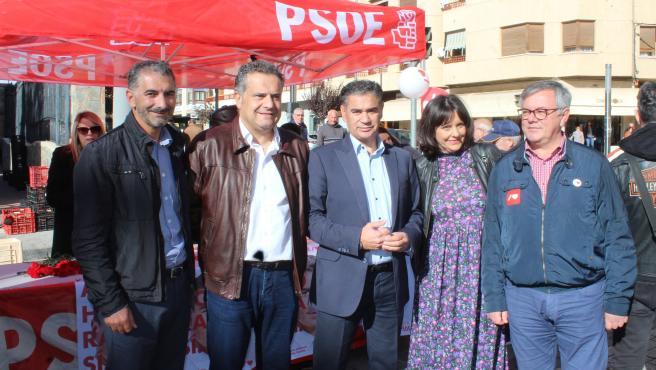 Los candidatos del PSOE al Congreso y al Senado por Albacete en el mercadillo de Hellín