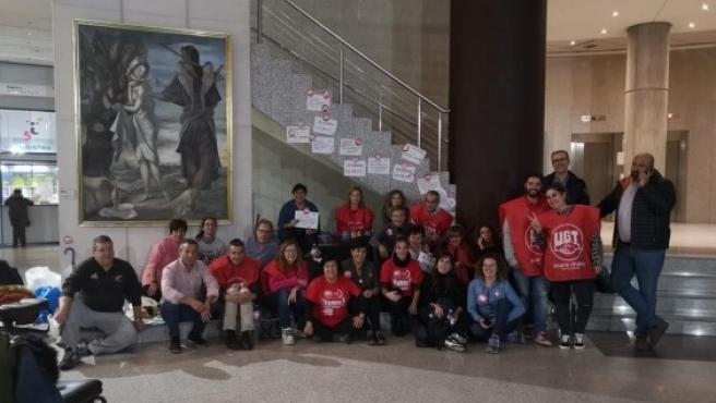 Los delegados sindicales de UGT en su encierro en la Delegación en León de la Junta de Castilla y León.