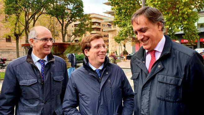 Martínez Almeida (centro) en Salamanca junto al alcalde de la ciudad, Carlos García Carbayo (d), y el presidente provincial del PP, Javier Iglesias (i).