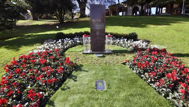 Monolito en homenaje a las víctimas en el parque de Doña Casilda en Bilbao.