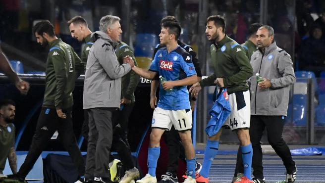 Carlo Ancelotti saluda a Hirving Lozano, del Nápoles, en un partido.