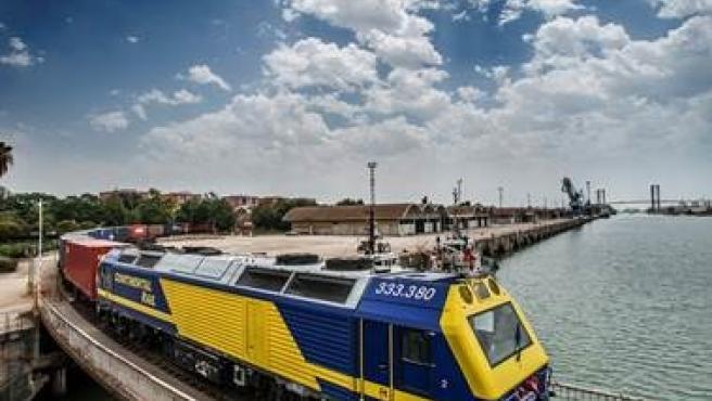 Tren por las vías del Puerto de Sevilla