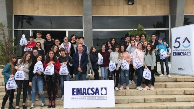 Un grupo de alumnos en las instalaciones de Emacsa
