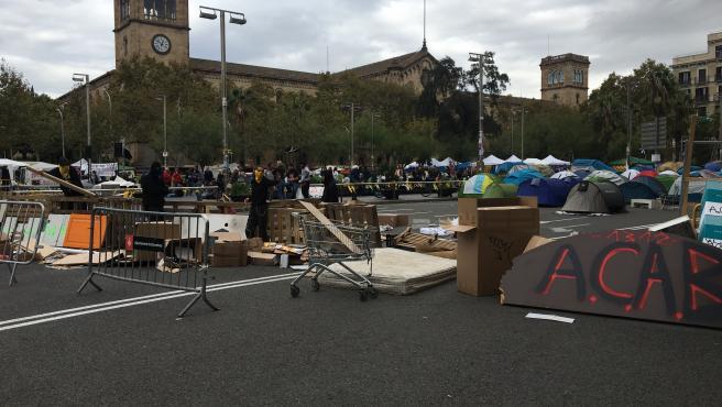 Los jóvenes de la acampada de Barcelona empiezan a levantar barricadas y perimetrar la zona con palés