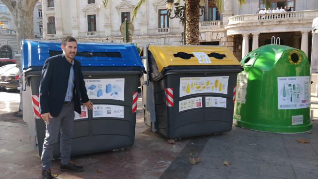 El vicealcalde y concejal de Ecología Urbana de València, Sergi Campillo, este jueves, con la cartelería instalada en los contenedores.
